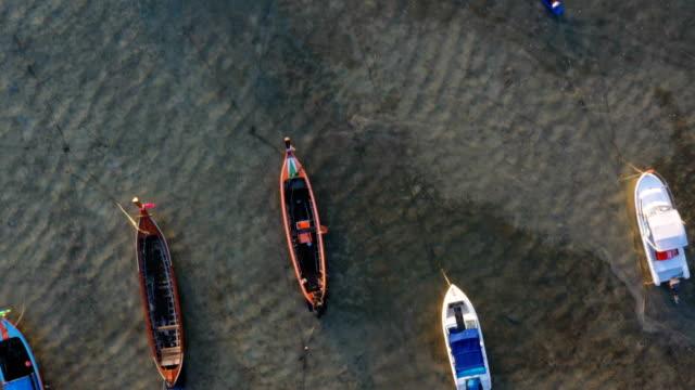 vídeos de stock e filmes b-roll de top view fishing boat stuck in the sea - maré