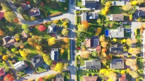 vídeos de stock e filmes b-roll de top view, flying over idyllic villa area - cena rural
