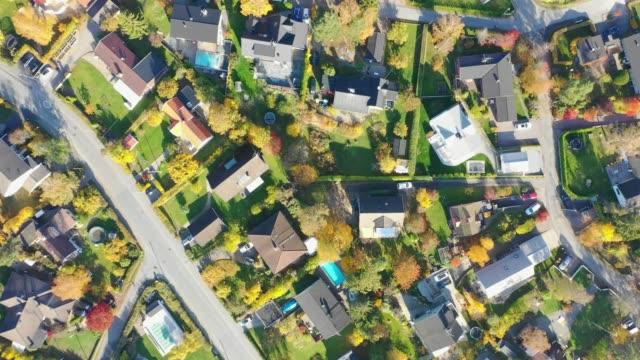 ovanifrån, flyger över idylliska villaområdet - sweden map bildbanksvideor och videomaterial från bakom kulisserna