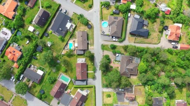 topp utsikt, flygande över idylliska villa området - sweden map bildbanksvideor och videomaterial från bakom kulisserna