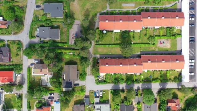 topputsikt, flyger över idylliska villa området - sweden map bildbanksvideor och videomaterial från bakom kulisserna