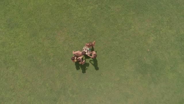 トップ ビュー子供サマー キャンプのグリーンでプレーの草箱スローモーション空中垂直フィールド パッティング スポンジ ビデオ