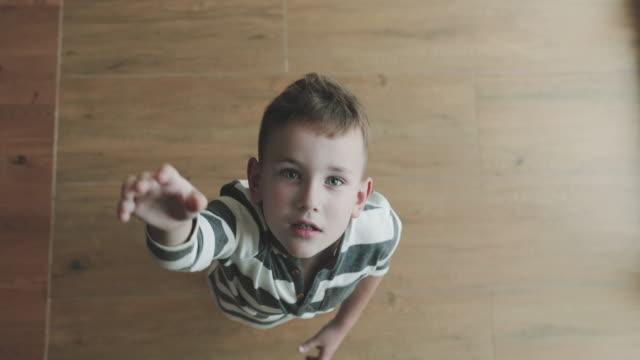 en topp bild av en pojke som försöker få något som är för högt för honom - på tå bildbanksvideor och videomaterial från bakom kulisserna