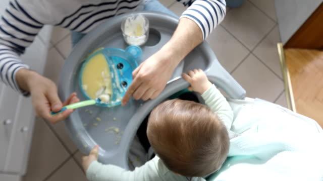 Draufsicht auf eine Fütterung Baby Sohn Vater – Video