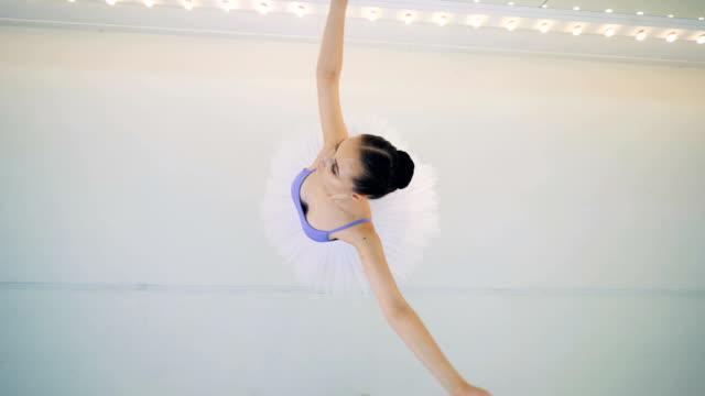 回転する女性バレエダンサーのトップビュー - バレリーナ点の映像素材/bロール