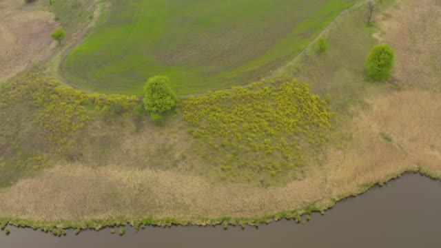 stockvideo's en b-roll-footage met top uitzicht op een mysterieus meer, een vreemde plek met ongewone energie - natuurgrond