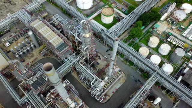 stockvideo's en b-roll-footage met bovenaanzicht van het 4k van een petrochemische plant - raffinaderij