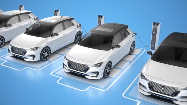 vidéos et rushes de vue supérieure d'une rangée de voitures électriques génériques de conduite autonome chargeant sur le bg bleu - voiture blanche