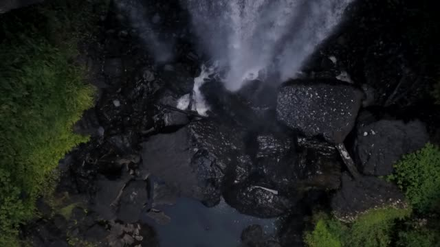 Top view of a waterfall An aerial view top-down of water plunging over a rocky stream in Australia 天の川 stock videos & royalty-free footage