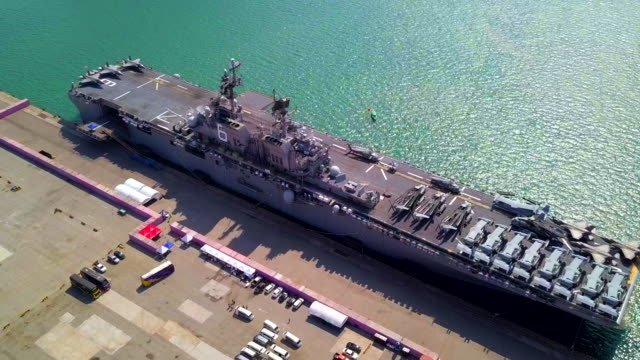 vídeos de stock e filmes b-roll de top view of aircraft carrier battle navy ship - fuzileiro naval