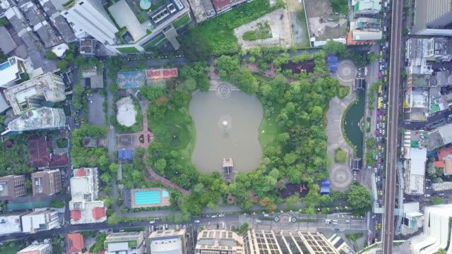 draufsicht der skyline bangkoks und wolkenkratzer auf sukhumvit zentrum des geschäfts in der hauptstadt. - smart city stock-videos und b-roll-filmmaterial