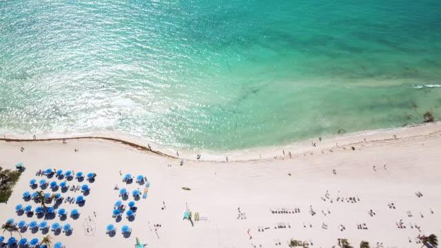 top-blick auf den schönen strand. luxuriöses tropisches resort mit weißem sand und türkisfarbenem meerwasser. luftbild - urlaubsort stock-videos und b-roll-filmmaterial