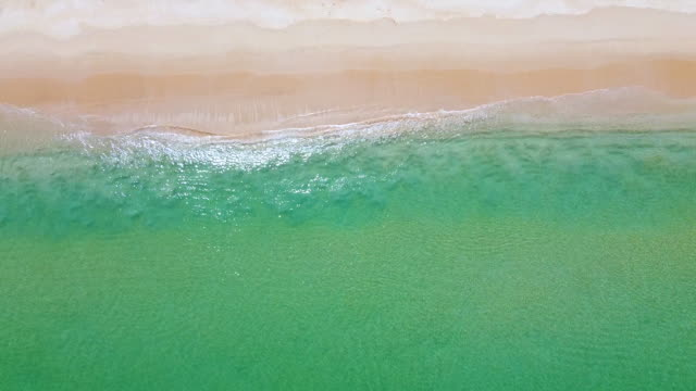 вид на красивый белый песчаный пляж с бирюзовой морской водой таиланда океана в солнечный день. - спокойная вода стоковые видео и кадры b-roll