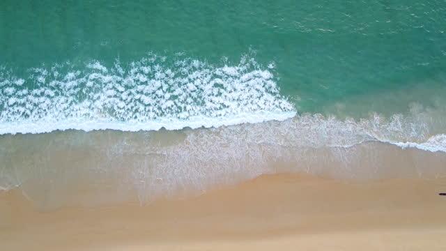 stockvideo's en b-roll-footage met hoogste mening van mooi wit zandstrand met turkoois overzees water. - bovenkleding