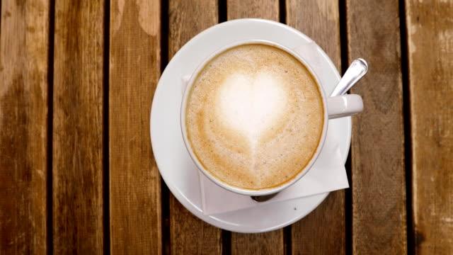 top-ansicht von cappuccino-tasse mit latte-kunst - cappuccino stock-videos und b-roll-filmmaterial