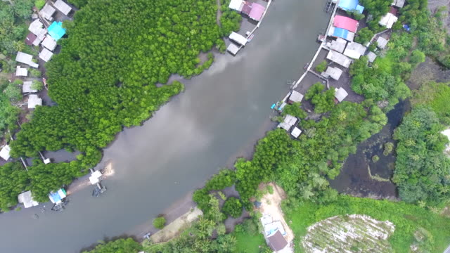 top view of coastal village with curved river, aerial video - графство дерри стоковые видео и кадры b-roll