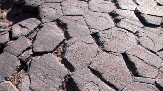 vídeos y material grabado en eventos de stock de vista superior de devils postpile - basalto