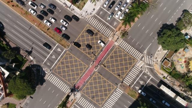 vídeos y material grabado en eventos de stock de superior vista de faria lima x juscelino avenida kubitschek en sao paulo, brasil - señalización vial