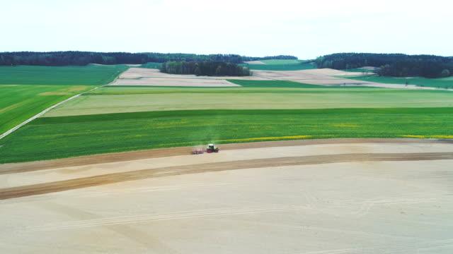 vidéos et rushes de vue de dessus d'agriculteur travaillant sur les terres agricoles. - seigle grain