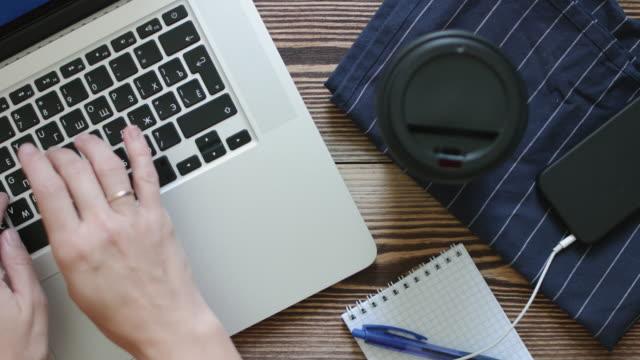 vídeos de stock, filmes e b-roll de vista superior do trabalho feminino no laptop. - blogar