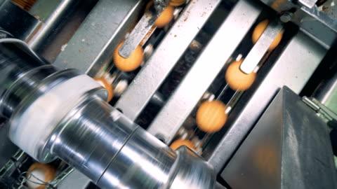 draufsicht der füllung durch eine werksmaschine auf cookies abgelegt - herstellendes gewerbe stock-videos und b-roll-filmmaterial