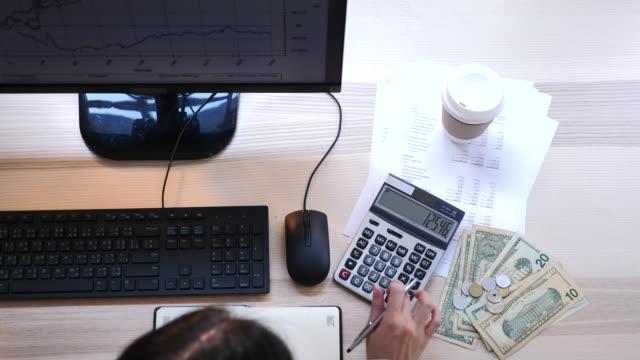 top-ansicht der finanzarbeit bei computer im büro - ersparnisse stock-videos und b-roll-filmmaterial