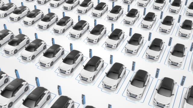 vidéos et rushes de vue du haut des voitures électriques génériques auto-conduite de charge - boucle 4k - voiture blanche
