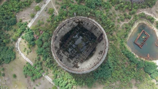 vista dall'alto della gigantesca torre di raffreddamento incompiuta all'interno - reattore nucleare video stock e b–roll