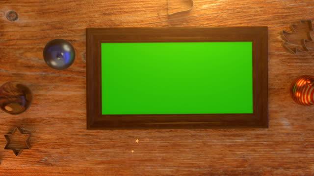 ovanifrån av grön skärm fotoram på träbord med juldekoration - fotoram bildbanksvideor och videomaterial från bakom kulisserna