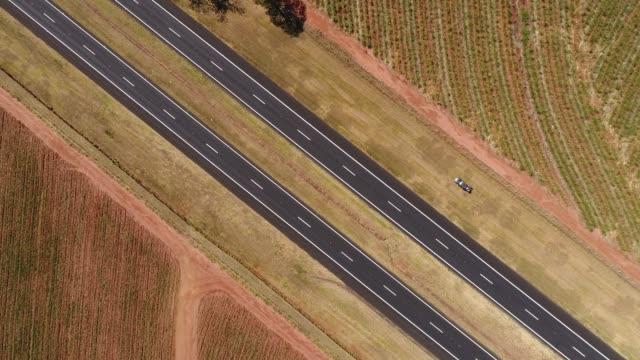 karayolu kırsal sahnede üstten görünüm - minas gerais eyaleti stok videoları ve detay görüntü çekimi