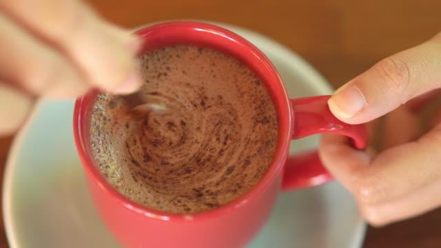 vídeos de stock, filmes e b-roll de vista superior do chocolate quente no copo vermelho - chocolate quente