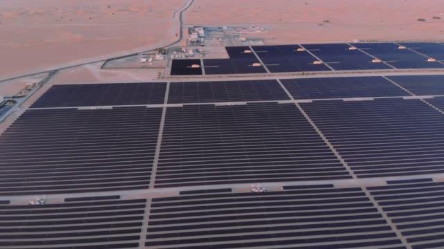 vídeos de stock e filmes b-roll de aerial. top view of huge power plant and solar panel at uae. - equipamento solar