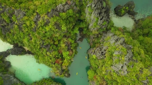 vista dall'alto del kayak nella bellissima laguna, el nido filippine - filippino video stock e b–roll