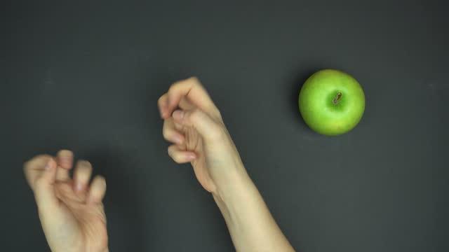topvy av förlorade ögonblick med munkar. diet koncept - fett näringsämne bildbanksvideor och videomaterial från bakom kulisserna