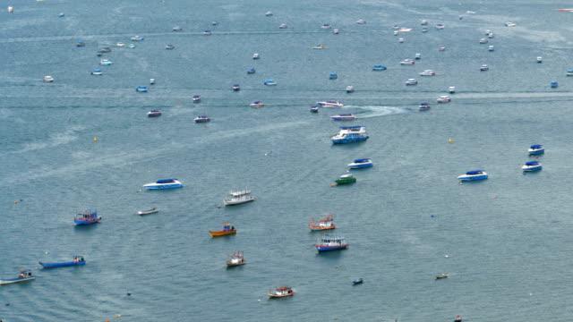 ovanifrån av många flytande fartyg och fritidsbåtar i havet. thailand. pattaya - pattaya bildbanksvideor och videomaterial från bakom kulisserna