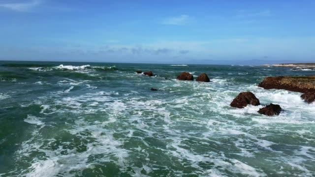 vídeos de stock e filmes b-roll de top view of ocean wave and rocks - oceano pacífico