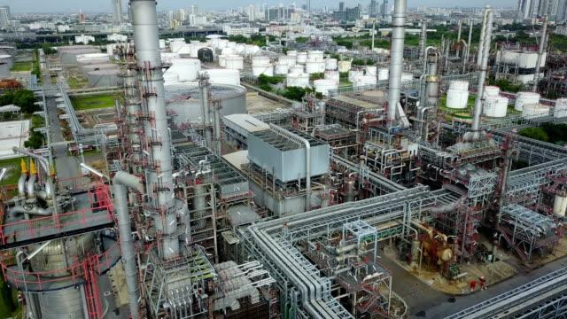 stockvideo's en b-roll-footage met bovenaanzicht van het 4k van olie raffinaderij plant - olieraffinaderij