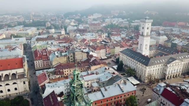 vista dall'alto della vecchia cattedrale nel centro dell'antica città di leopoli. - ucraina video stock e b–roll