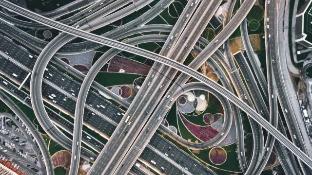 vidéos et rushes de t/l top view of road intersection / dubaï, émirats arabes unis - route surélevée