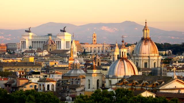 vidéos et rushes de vue de dessus des toits de la rome ville de castel sant'angelo - rome
