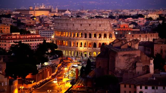 vidéos et rushes de vue de dessus des toits de la ville rome avec colisée de castel sant'angelo - rome