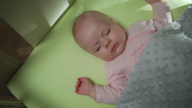vidéos et rushes de haut de la page chariot de bébé nouveau-né vue de dormir tourné - allongé sur le dos