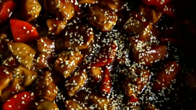 top view of stew chicken pieces with vegetables in a pan with teriyaki sauce - sesamo video stock e b–roll