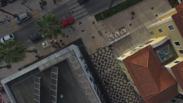 vídeos y material grabado en eventos de stock de vista superior de la calle por drone - señalización vial