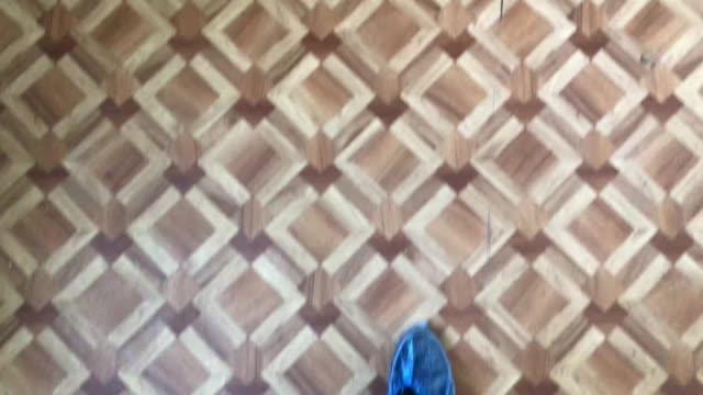 青い靴カバーで病院に行く男の足のトップビュー - 叙情的な内容点の映像素材/bロール