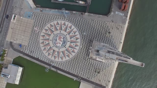 top view of the rose wind map on padrao dos descobrimentos (monument to the discoveries in english) is a monument on the northern bank of the tagus river, lisbon, portugal - lisbona video stock e b–roll