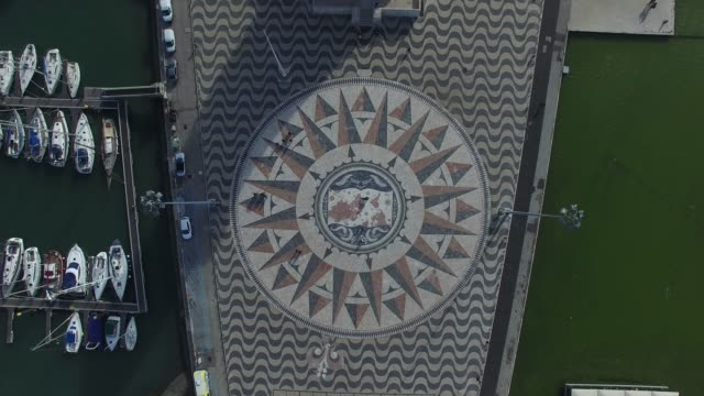 vidéos et rushes de vue de dessus de la carte rose des vents sur le padrao dos descobrimentos (monument des découvertes en anglais) est un monument sur la rive nord du fleuve tage, lisbonne, portugal - mosaïque