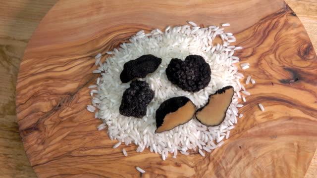 draufsicht der knollen schwarze trüffel knolle auf reis - knollig stock-videos und b-roll-filmmaterial