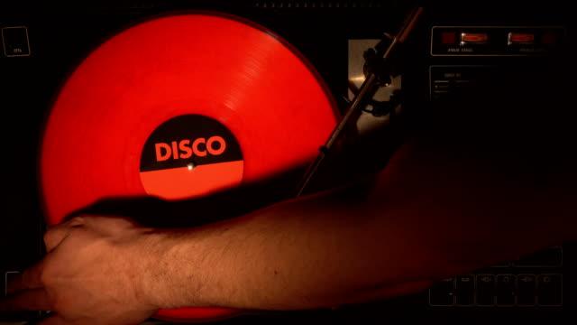 トップ ビューのターン テーブル、ビニール レコードの 4 k。 - アナログレコード点の映像素材/bロール
