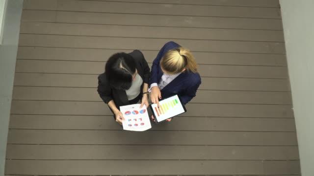 vídeos y material grabado en eventos de stock de vista superior de dos personas de negocios que trabajan juntas - planificación financiera